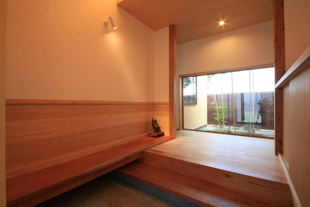 やまの家 群馬県 昭和村: 田村建築設計工房が手掛けた廊下 & 玄関です。