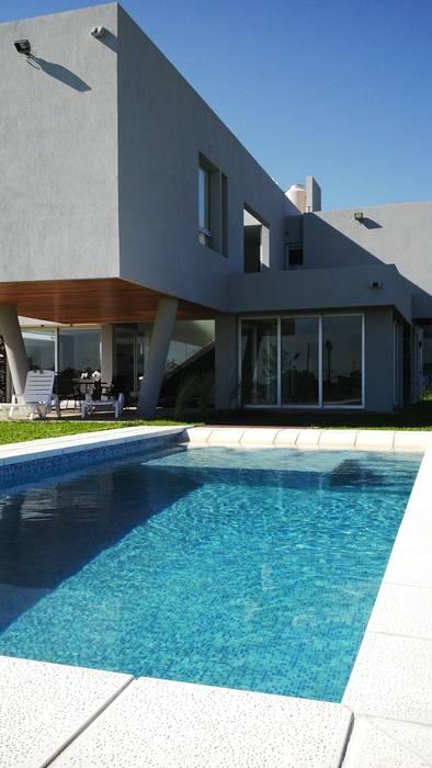 piscina en country: Piletas de estilo  por VHA Arquitectura