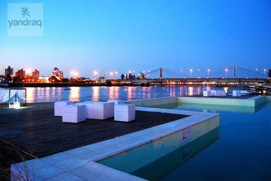 Piscina en playa-club: Piletas de estilo  por VHA Arquitectura