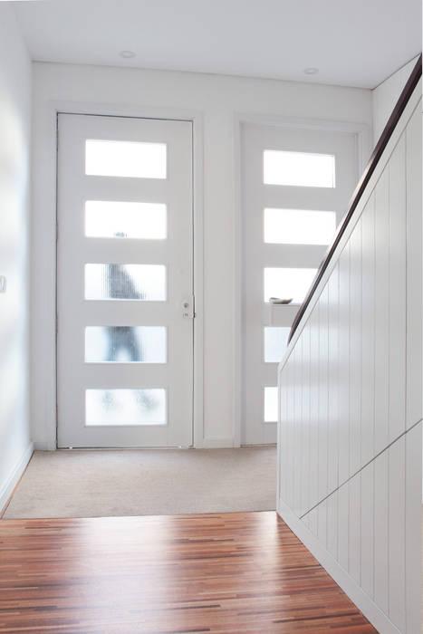 Sónia Cruz - Arquitectura Pasillos, vestíbulos y escaleras de estilo moderno Madera Blanco