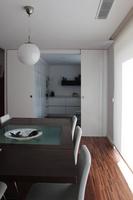 Casa rua Castro Matoso Sónia Cruz - Arquitectura Salas de jantar modernas Madeira Branco