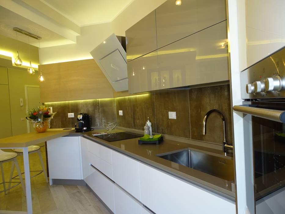 Cucina aperta sul living.: Cucina in stile in stile Moderno di NicArch