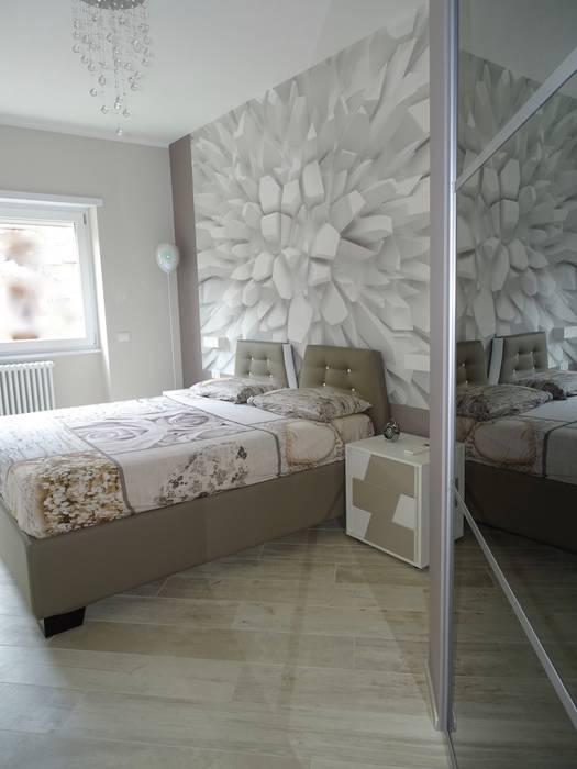 Camera matrimoniale con cabina armadio: camera da letto in stile di ...