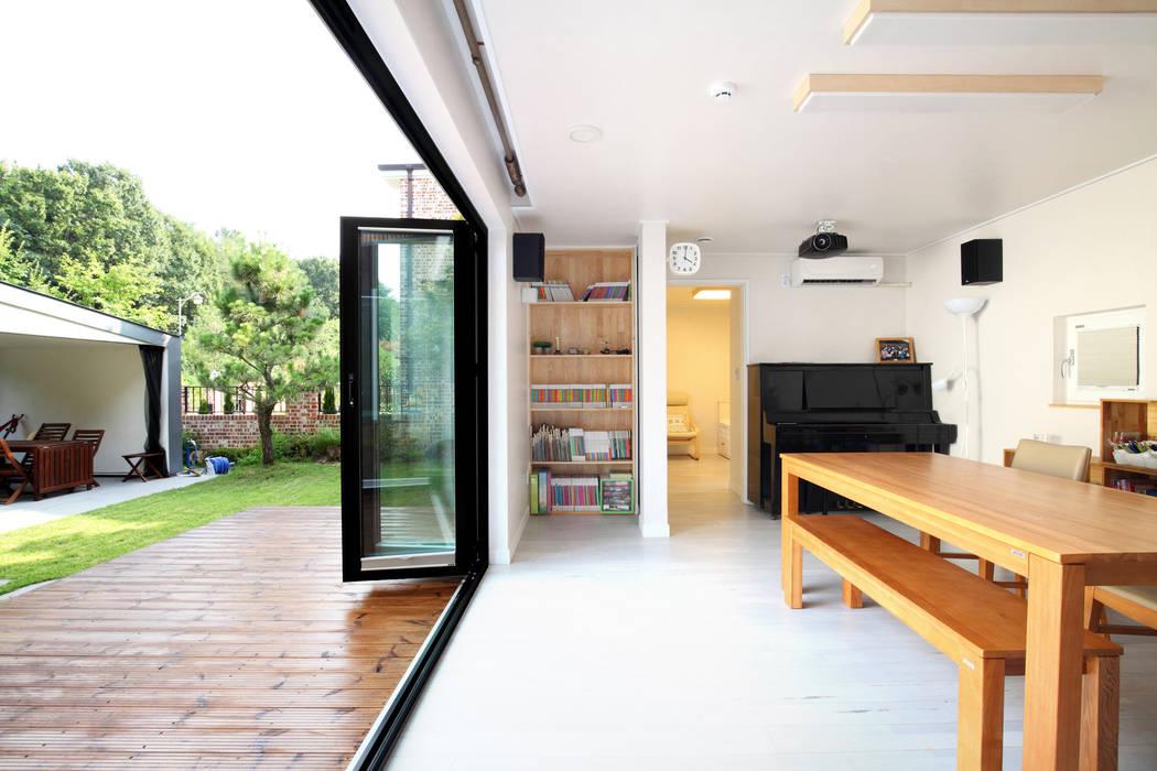 거실: 주택설계전문 디자인그룹 홈스타일토토의  거실,