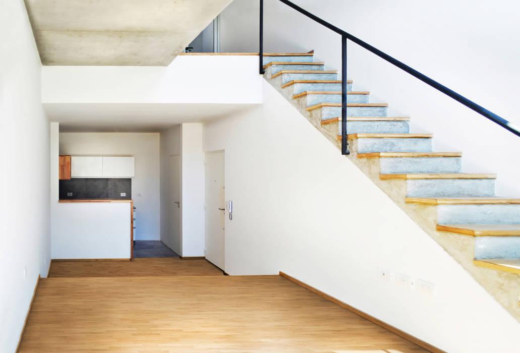 Interior unidad 2 ambientes Livings de estilo moderno de F2M Arquitectos Moderno Madera maciza Multicolor