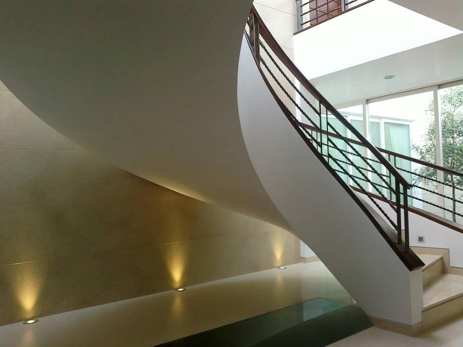 Escalera Helicoidal : Pasillos y recibidores de estilo  por Bojorquez Arquitectos SA de CV