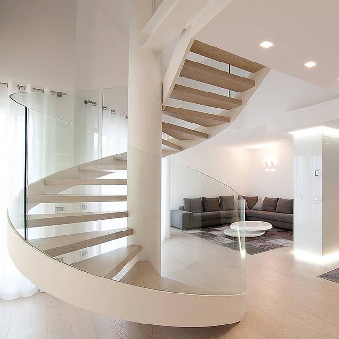 Scala a chiocciola realizzata da NIVA-line: Ingresso & Corridoio in stile  di Ni.va. Srl