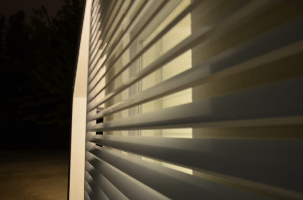Frangisole metallico realizzato da NIVA-line: Case in stile in stile Moderno di Ni.va. Srl