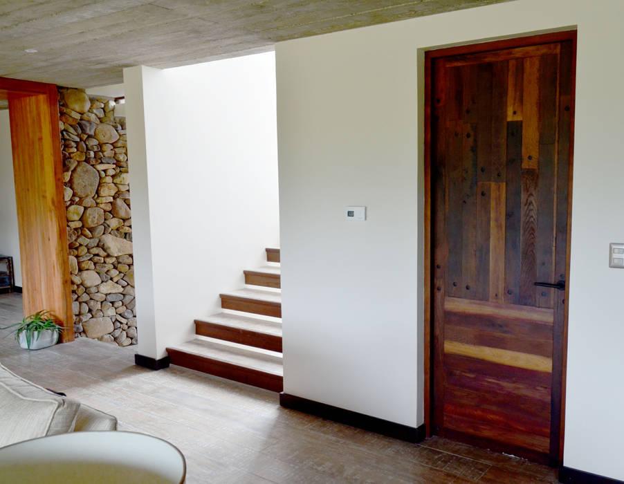 Escalera piso y puerta interior en base a duelas ventanas de estilo por ignisterra homify - Puertas piso interior ...