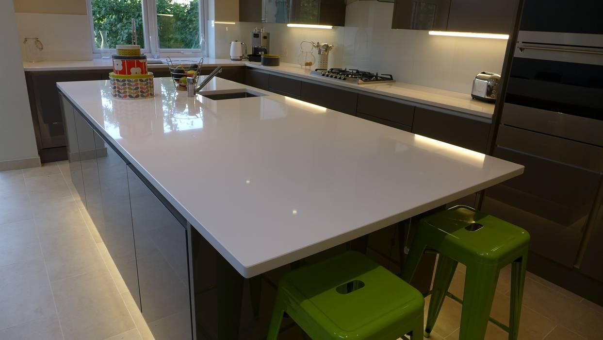 Gloss grey kitchen island with white quartz worktop Moderne Küchen von Style Within Modern