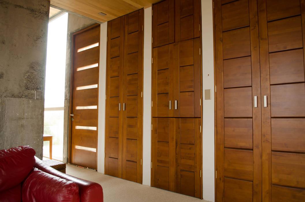 Puertas lìnea Moderna Puertas y ventanas modernas de Ignisterra S.A. Moderno Madera Acabado en madera