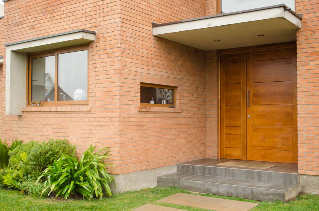 Puerta de acceso Puertas y ventanas modernas de Ignisterra S.A. Moderno Madera Acabado en madera