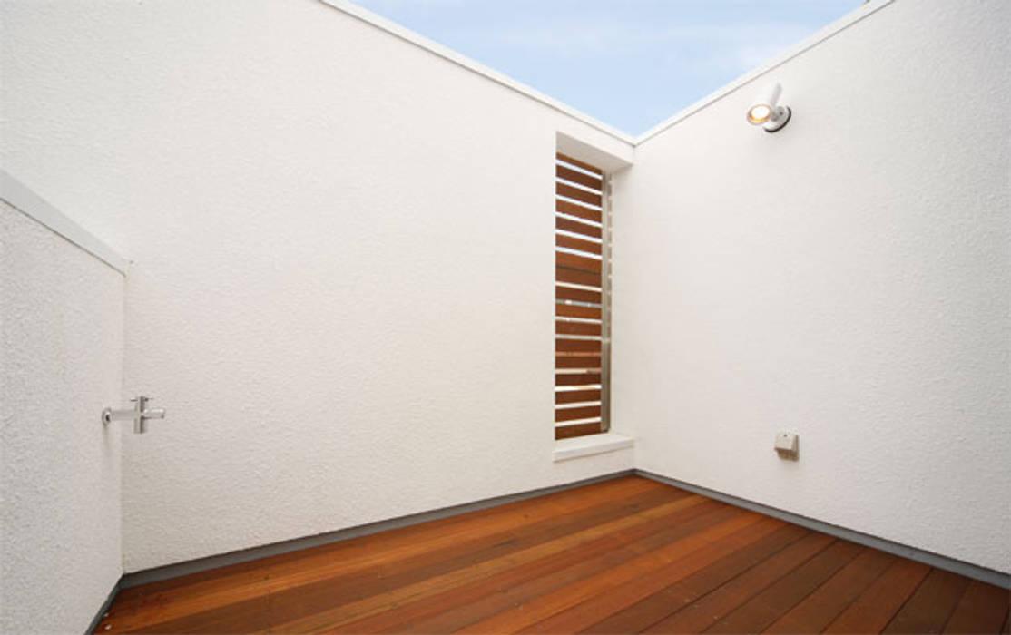 明るく閉じた家: 株式会社Fit建築設計事務所が手掛けたテラス・ベランダです。,