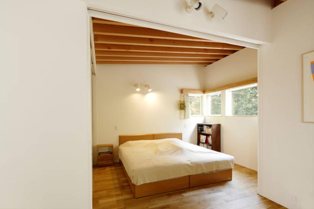 Dormitorios de estilo moderno de 株式会社Fit建築設計事務所 Moderno Madera Acabado en madera