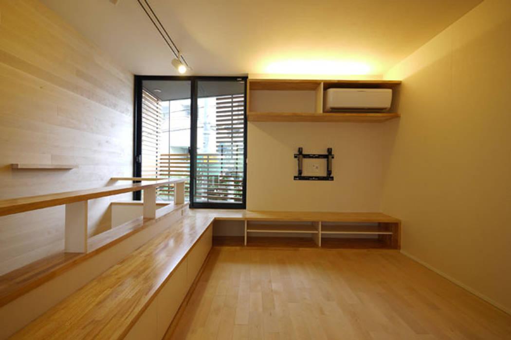 立体的につながる京町家: 株式会社Fit建築設計事務所が手掛けたリビングです。
