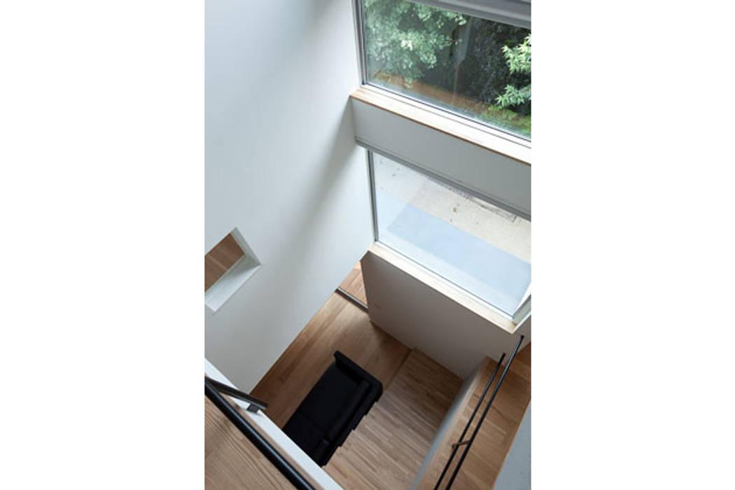 スキップフロアの家: 株式会社Fit建築設計事務所が手掛けた廊下 & 玄関です。