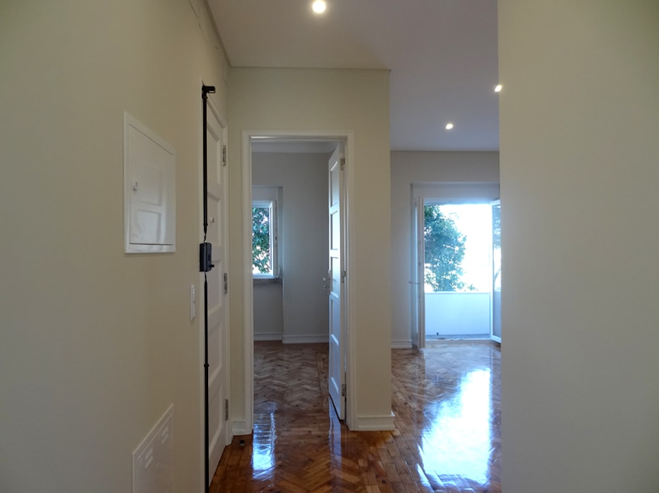 現代風玄關、走廊與階梯 根據 Happy Ideas At Home - Arquitetura e Remodelação de Interiores 現代風