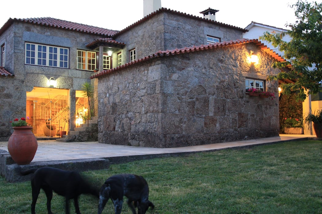 Casa em Famalicão   Reabilitação Urbana: Casas  por Valdemar Coutinho Arquitectos,