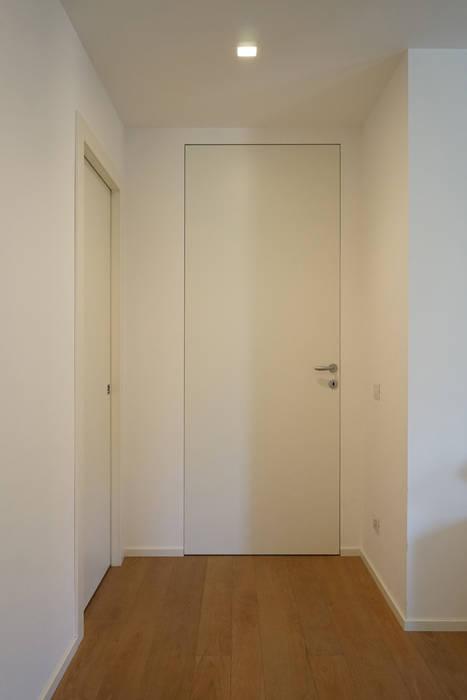 Appartamento R+R Andrea Gaio Design Ingresso, Corridoio & Scale in stile moderno