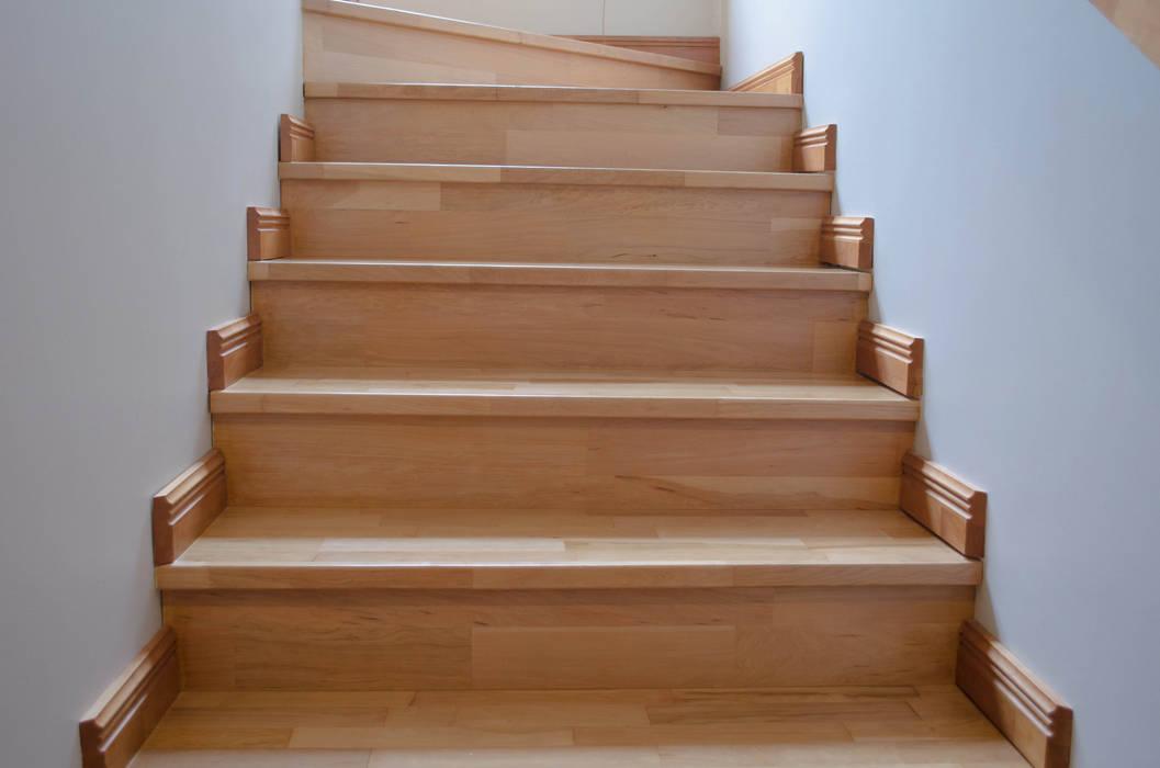 Escalera en madera de Lenga.: Paredes de estilo  por Ignisterra S.A.,