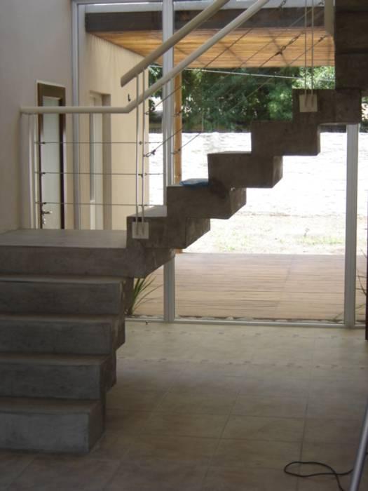 Casa Sarmiento II Pasillos, vestíbulos y escaleras modernos de Estudio Damiani Moderno