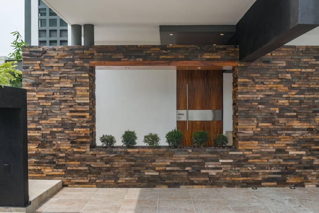 ROKA Arquitectos Casas de estilo minimalista Piedra Marrón