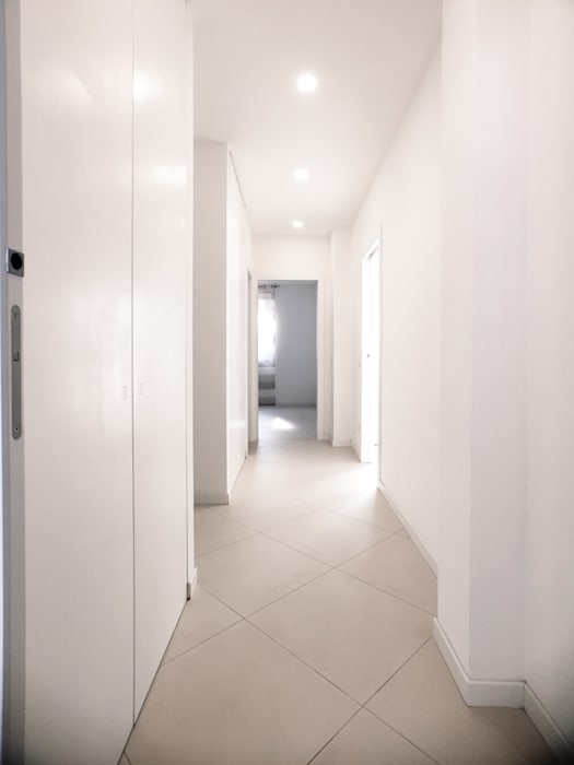 Couloir, entrée, escaliers modernes par M16 architetti Moderne