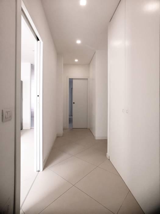 Modern Corridor, Hallway and Staircase by M16 architetti Modern