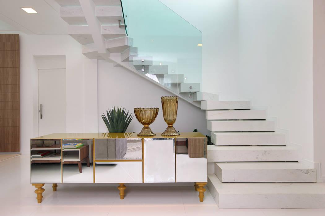 Escada principal Corredores, halls e escadas modernos por Eveline Sampaio Arquiteta e Designer de Interiores Moderno Mármore