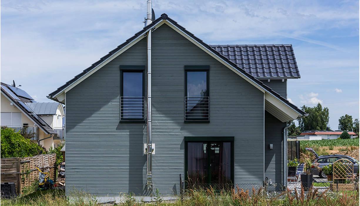 Nowoczesne domy od KitzlingerHaus GmbH & Co. KG Nowoczesny Deski kompozytowe Przeźroczysty