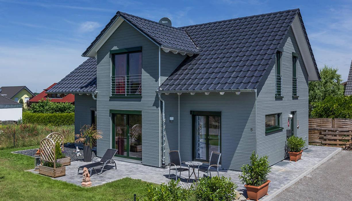 Casas modernas de KitzlingerHaus GmbH & Co. KG Moderno Derivados de madera Transparente