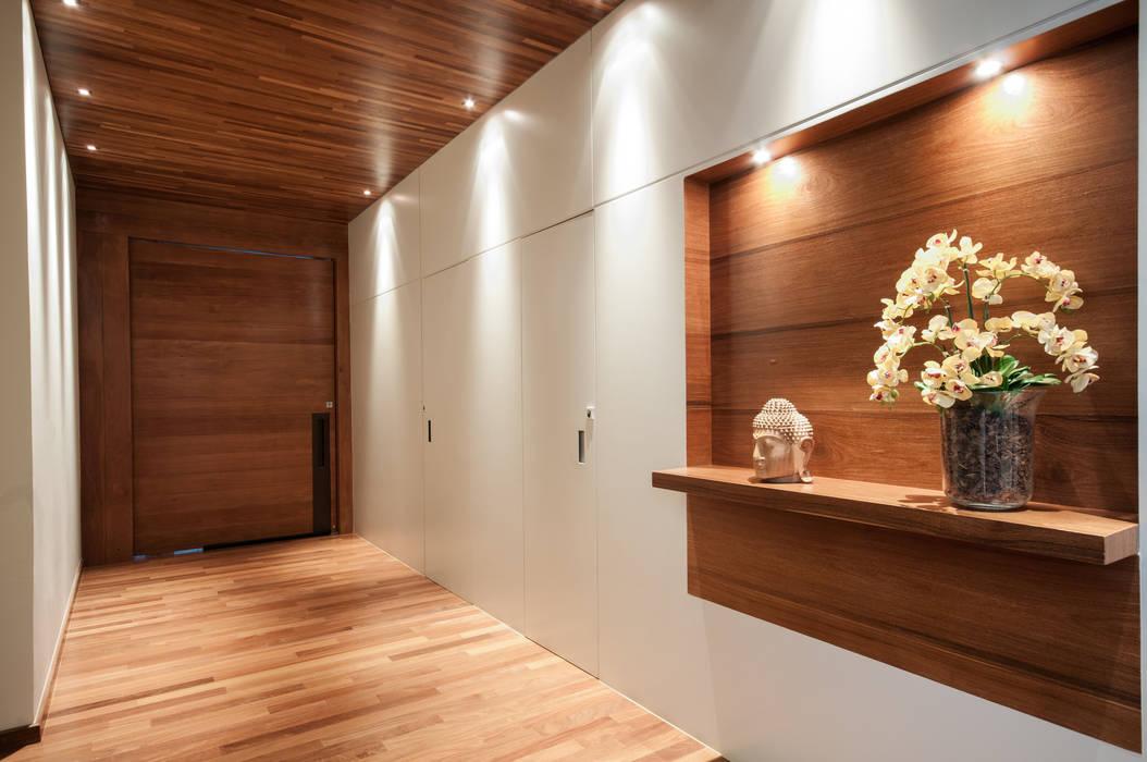 Pasillos, vestíbulos y escaleras de estilo moderno de Elisa Vasconcelos Arquitetura Interiores Moderno