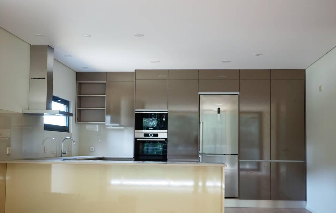 Cocinas de estilo moderno de Lethes House Moderno Madera Acabado en madera