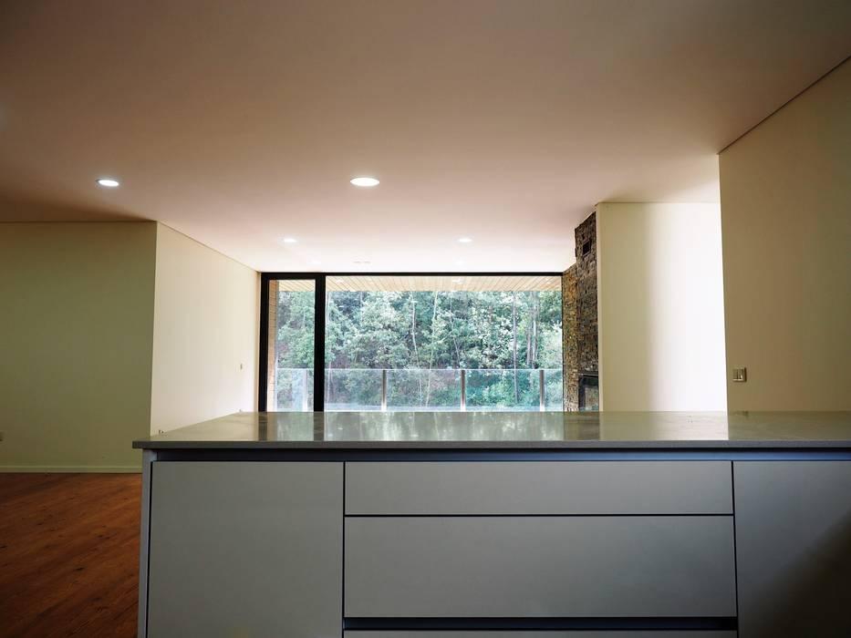 Гостиная в . Автор – Lethes House, Модерн Дерево Эффект древесины