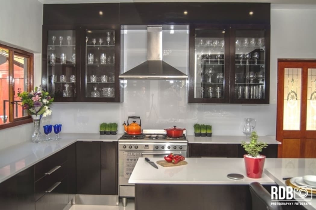 Dark Mahogany Kitchen Modern kitchen by Ergo Designer Kitchens and Cabinetry Modern Wood Wood effect
