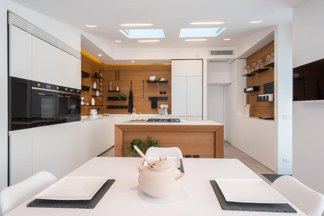 Attico 149: Cucina in stile in stile Moderno di Mario Ferrara