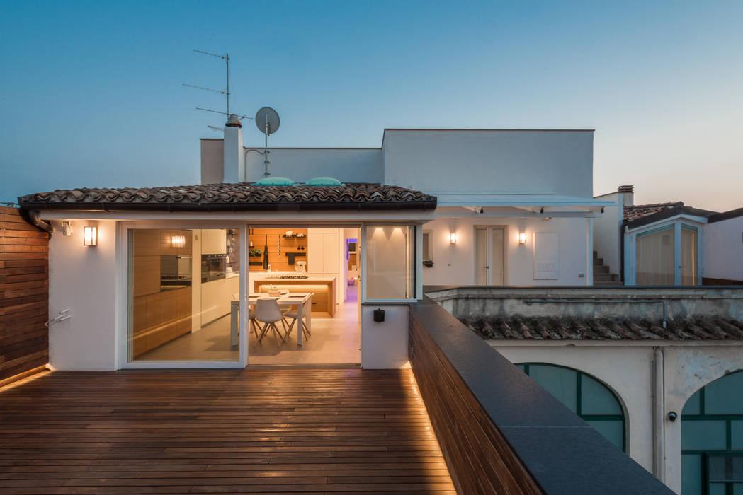 Attico 149 Balcone, Veranda & Terrazza in stile moderno di Mario Ferrara Moderno