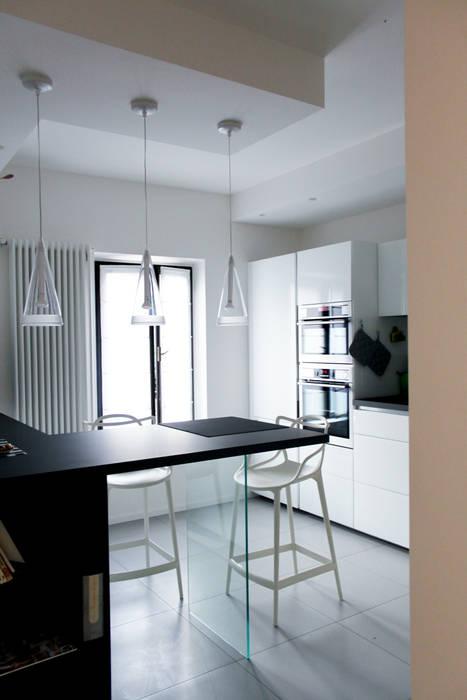 Relooking appartamento datato Cucina moderna di SuMisura Moderno