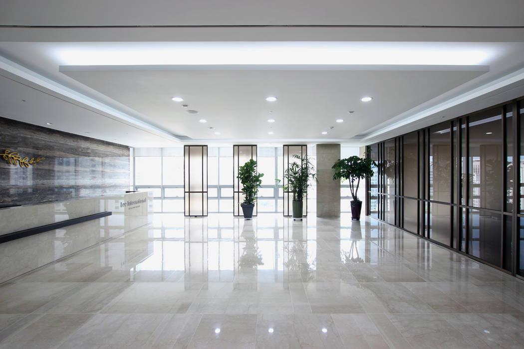 Modern study/office by HJL STUDIO Modern Marble