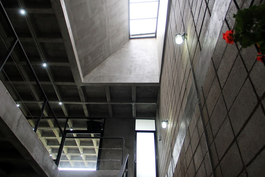 Corporativo INNOVA Apaloosa Estudio de Arquitectura y Diseño Colonial style corridor, hallway& stairs