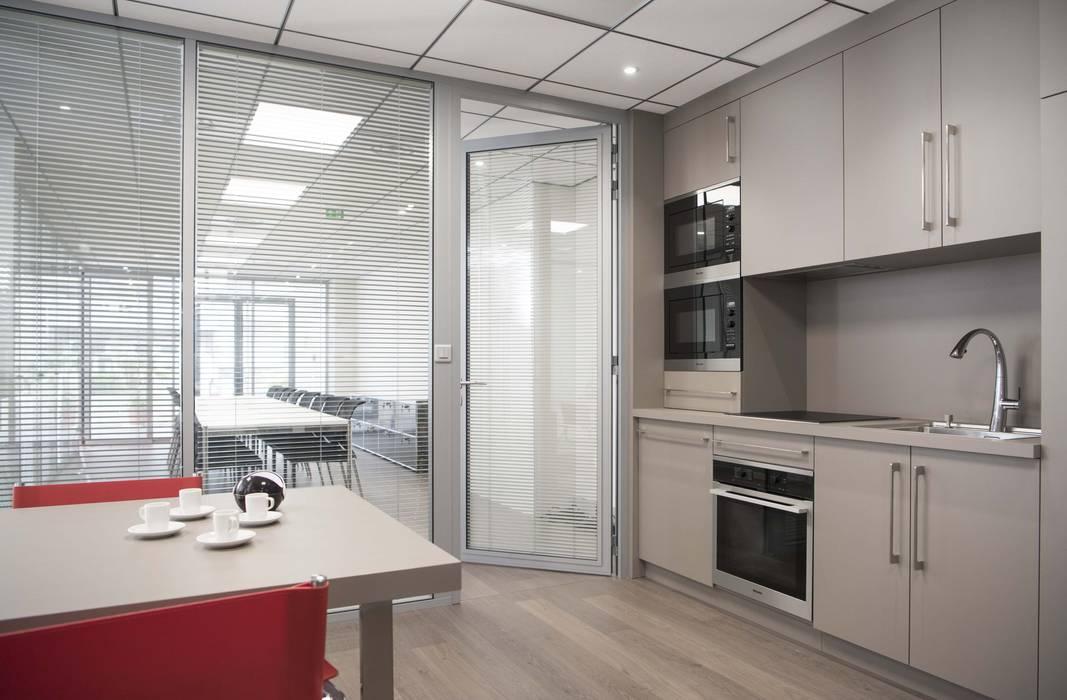 Espace cuisine moderne: Bureaux de style  par réHome