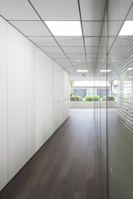 Couloir minimaliste: Bureau de style de style Minimaliste par réHome