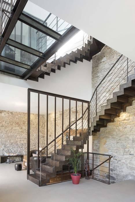 Escalier métallique style industriel : Couloir et hall d'entrée de style  par réHome