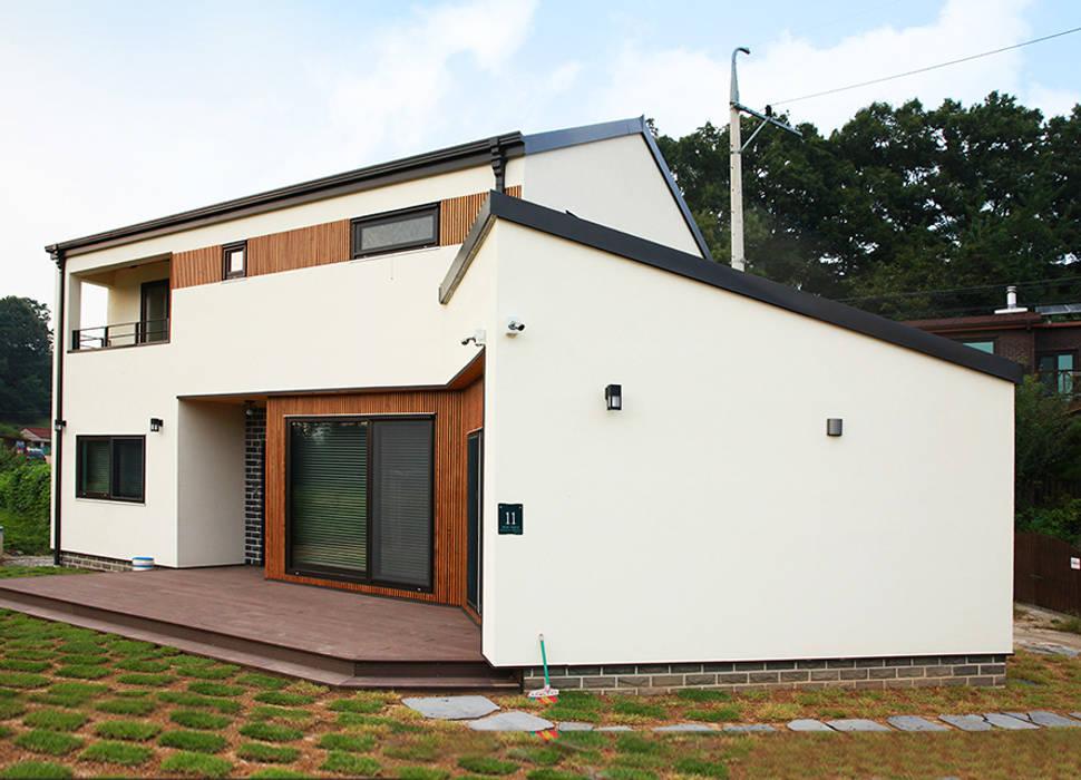 Casas estilo moderno: ideas, arquitectura e imágenes de 지성하우징 Moderno