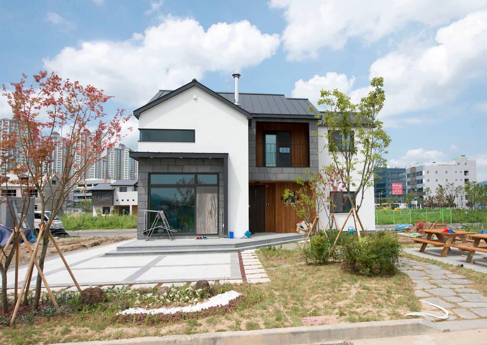증산리 주택 H-4: 피앤이(P&E)건축사사무소의  주택