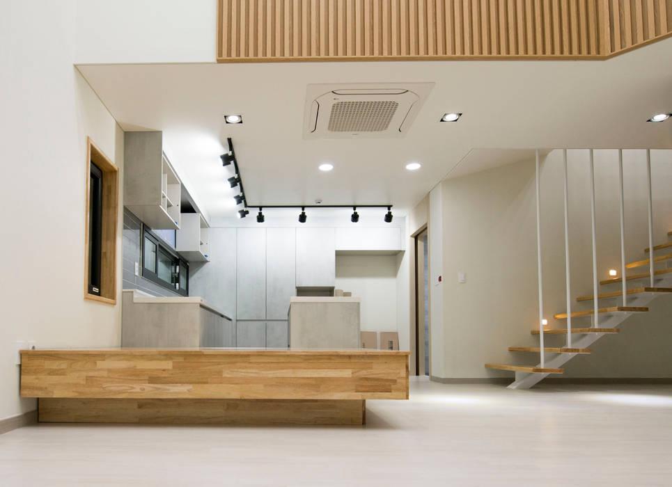 증산리 주택 H-4: 피앤이(P&E)건축사사무소의  거실