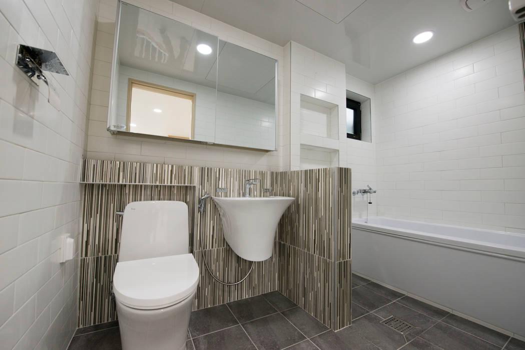 증산리 주택 H-4: 피앤이(P&E)건축사사무소의  욕실
