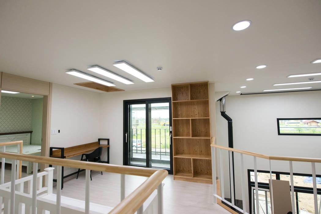 증산리 주택 H-4: 피앤이(P&E)건축사사무소의  방