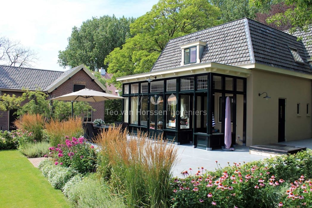 Statige, landelijke tuin bij monumentale villa:  Tuin door Teo van Horssen Hoveniers