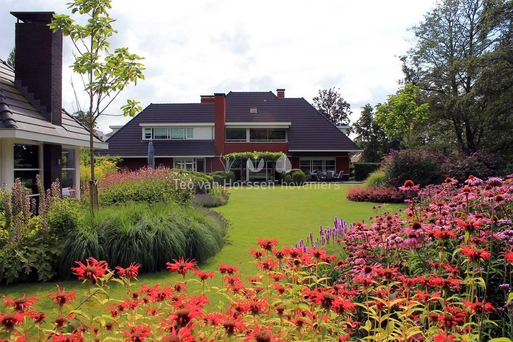 Vaste Planten Tuin : Uitbundige vaste planten borders tuin door teo van horssen
